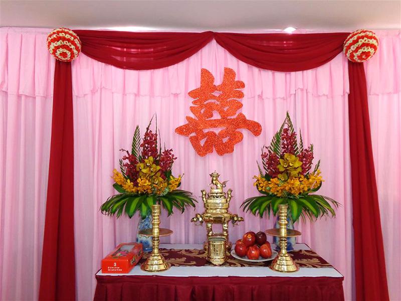 Cắm hoa trên bàn thờ gia tiên cho ngày cưới