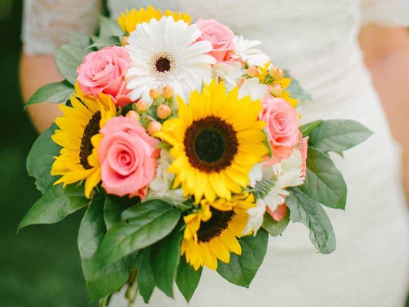 Hãy tô điểm sắc vàng rực rỡ cho bó hoa cưới bằng hoa hướng dương