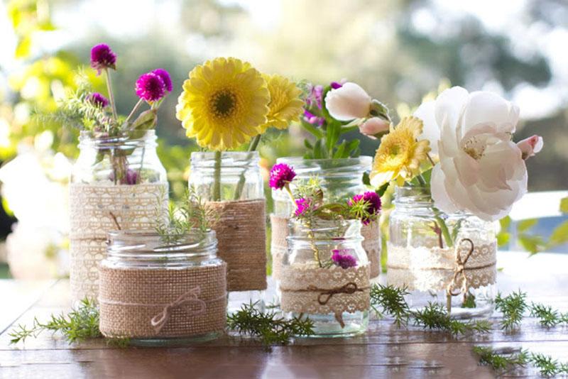trang trí bàn cưới với hoa cưới để lọ cho cô dâu chú rể độc và lạ
