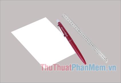 Chuẩn bị 1 tờ giấy trắng lớn (to hơn chân), 1 cây bút và 1 thước đo
