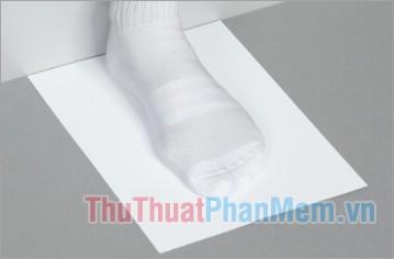 Đặt tờ giấy lên sàn nhà phẳng và bạn đứng lên tờ giấy đó