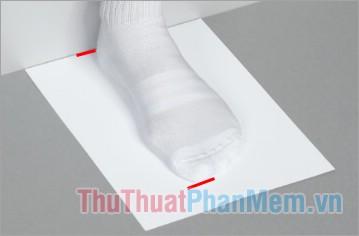 Dùng bút đánh dấu điểm gót chân và điểm dài nhất của ngón chân trên tờ giấy