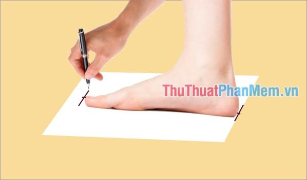 Đánh dấu điểm gót chân và điểm dài nhất của ngón chân