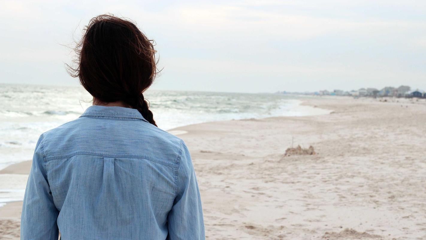 Hình ảnh cô gái buồn về cuộc sống