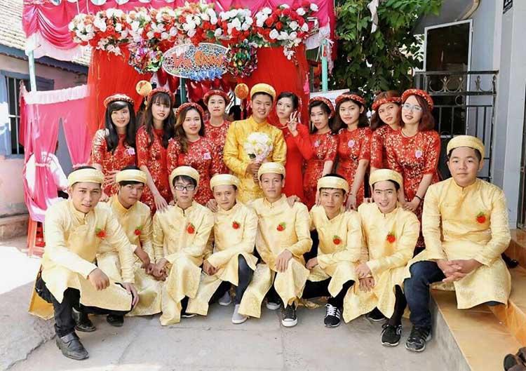 Hình ảnh áo dài bưng tráp ngày cưới màu vàng