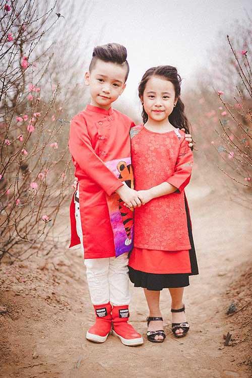Hình ảnh áo dài cách tân gấm đỏ