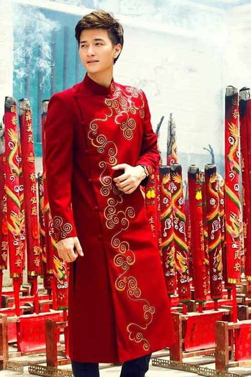 Những mẫu áo dài cách tân cho nam giới màu đỏ