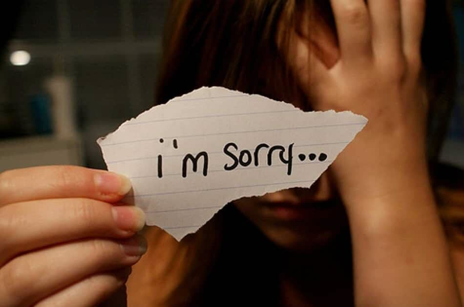 Hình ảnh cô gái buồn xin lỗi
