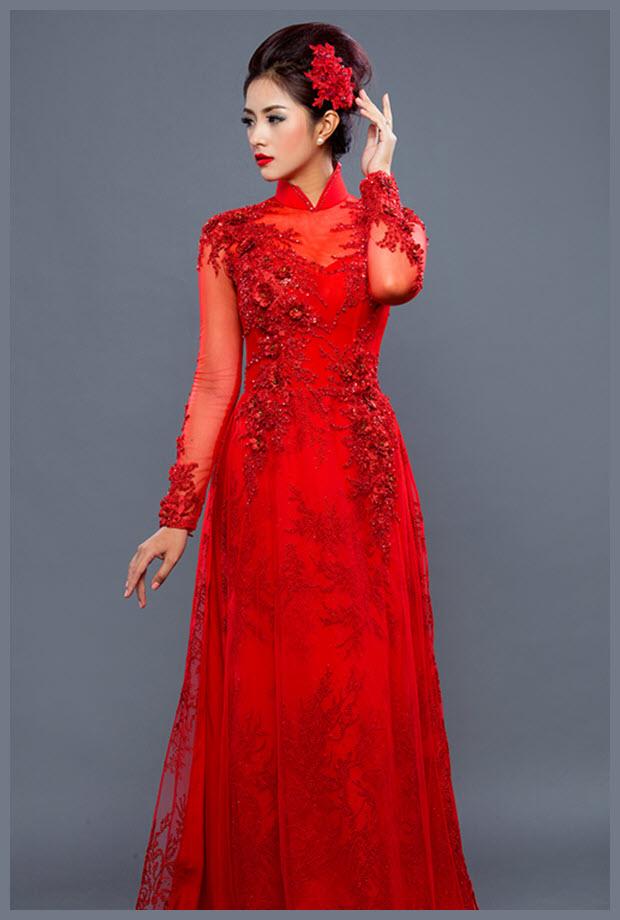 Mẫu áo dài đỏ với hoa văn ấn tượng
