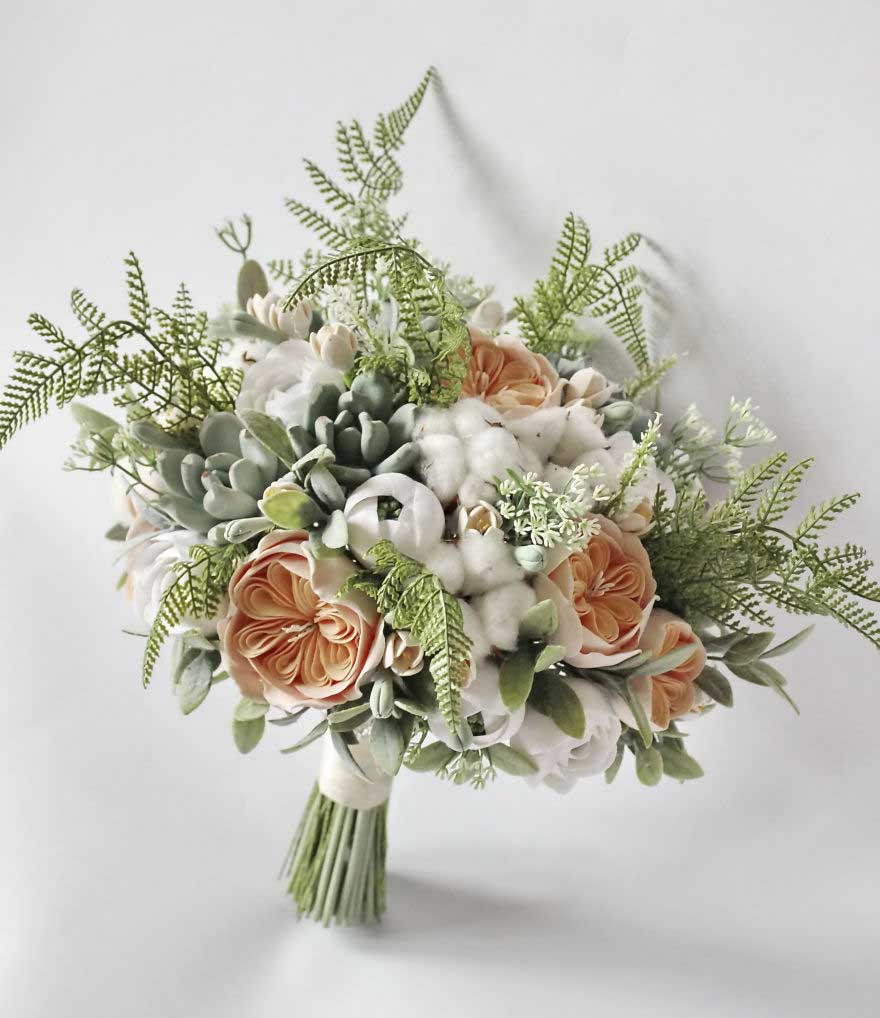 Hình ảnh hoa cầm tay cô dâu được kết từ nhiều loại hoa khác nhau