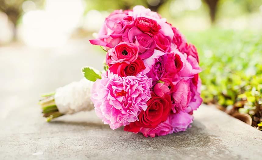 Hoa cầm tay cô dâu được kết từ hoa hồng và hoa mẫu đơn