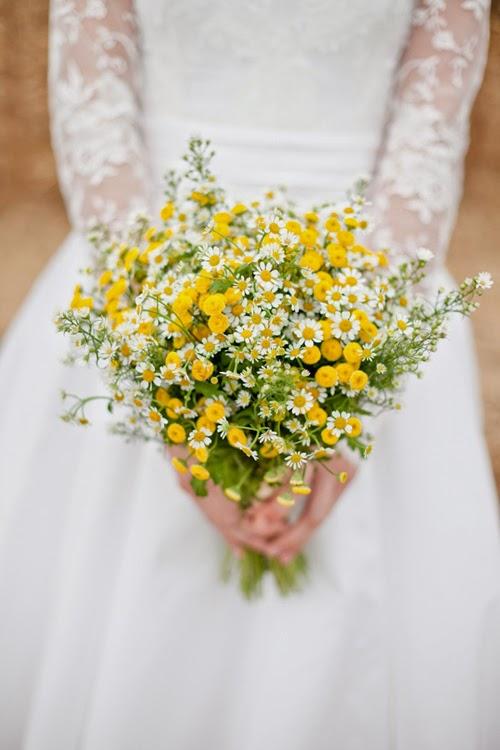Hoa cầm tay cô dâu màu vàng