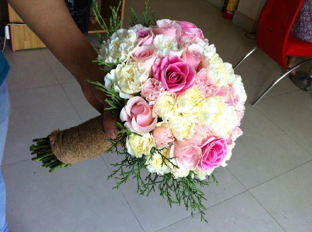 Hoa cầm tay cô dâu với sự kết hợp của tông vàng xen lẫn trắng