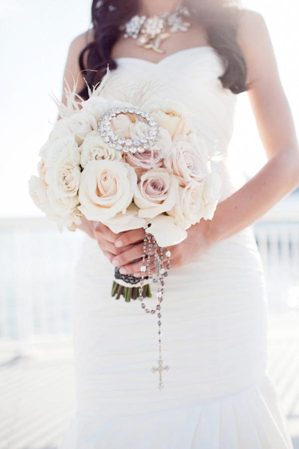 Hoa cầm tay gam trắng cho cô dâu nổi bật trong ngày cưới
