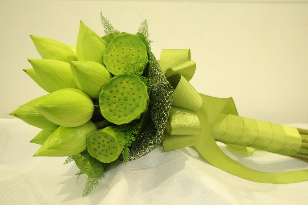 Hoa cưới cầm tay kết hợp với hoa sen mang biểu tượng truyền thống ý nghĩa nhất
