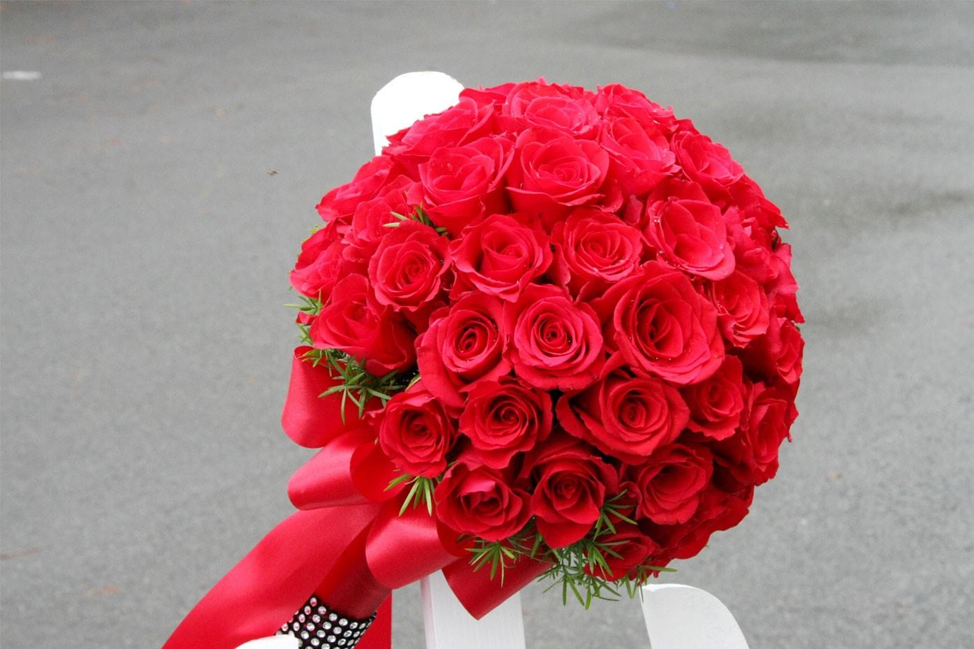 Hoa cưới cầm tay kết từ hoa hồng đỏ