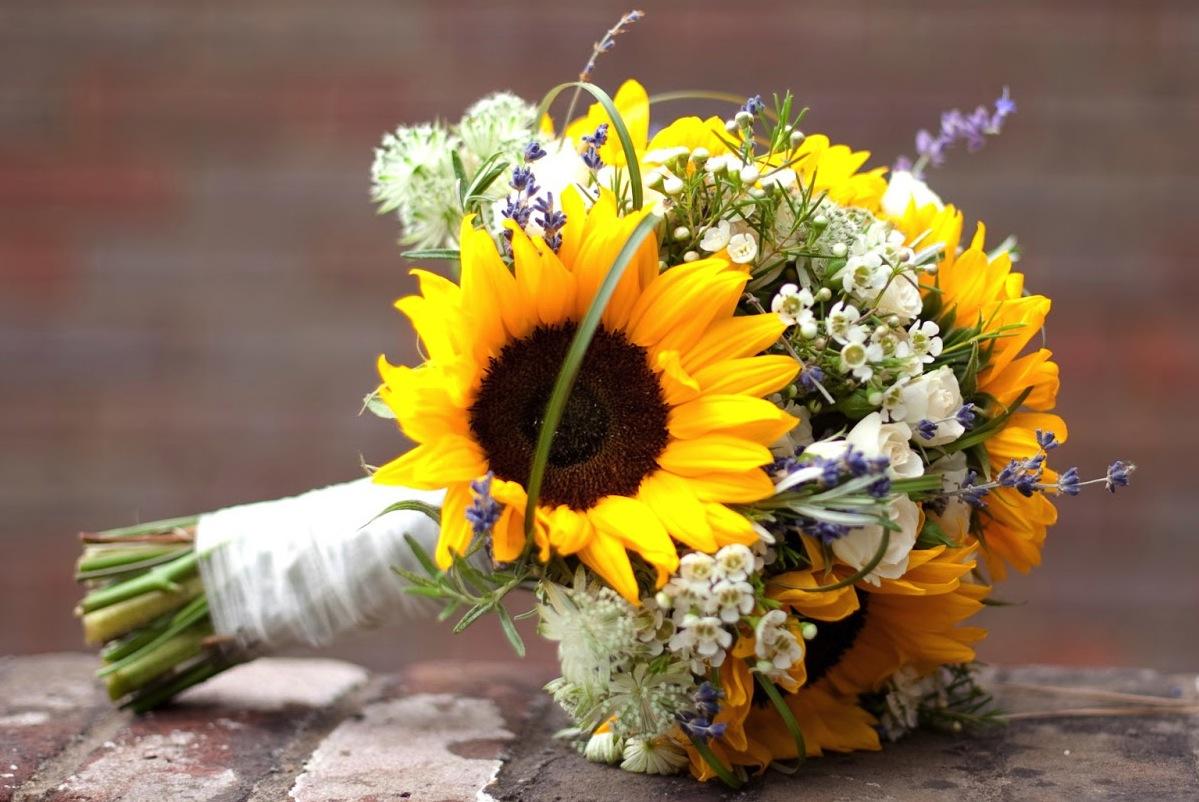 Những mẫu hoa cầm tay cô dâu đẹp nhất bằng hoa hướng dương