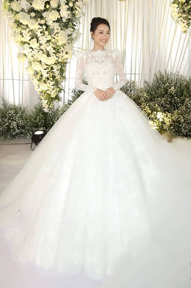 Những mẫu váy cưới đính ren bồng