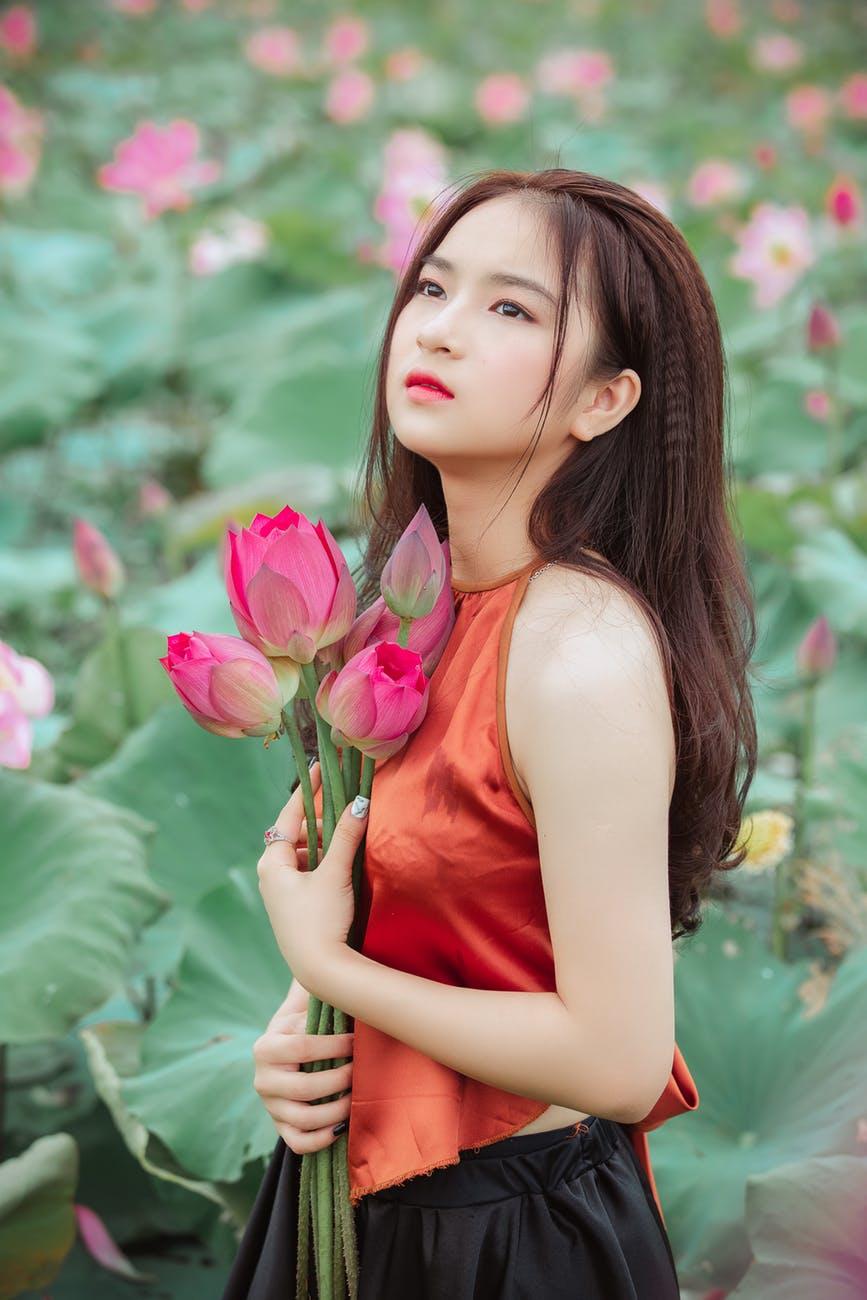 Ảnh gái đẹp và hoa sen