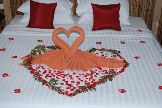 Trang trí giường cưới với thiên nga