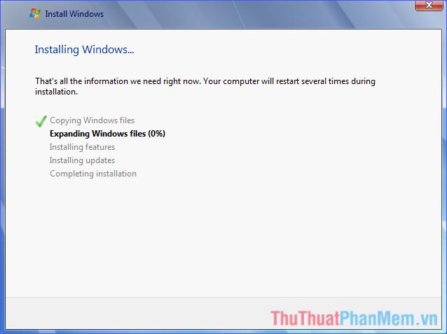 Chờ đợi quá trình cài đặt Windows 7 hoàn tất