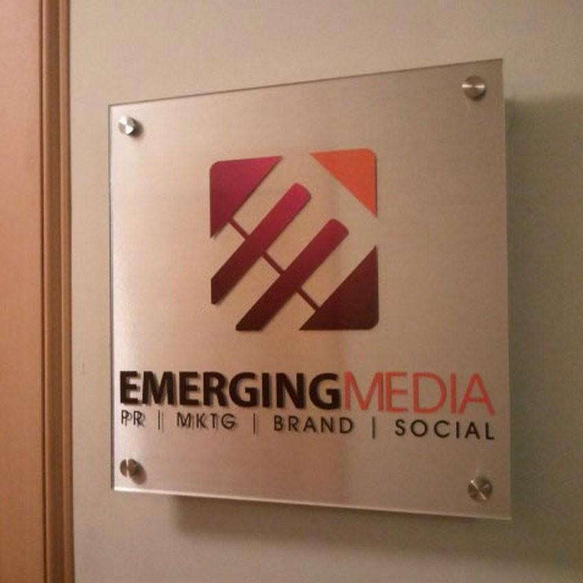 Mẫu bảng hiệu công ty sử dụng decal và kính