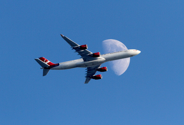 Hình ảnh mặt trăng và máy bay
