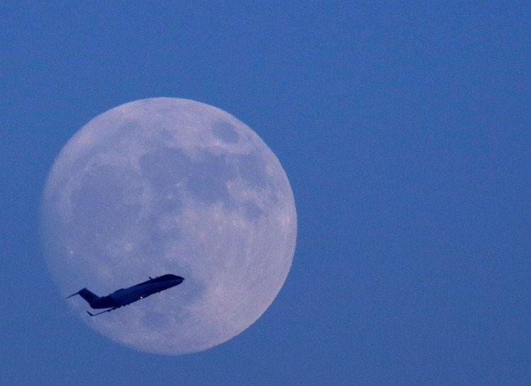 Hình ảnh mặt trăng với máy bay