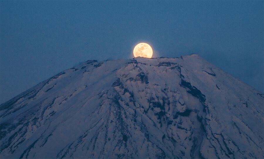 Hình ảnh trăng đẹp sau núi