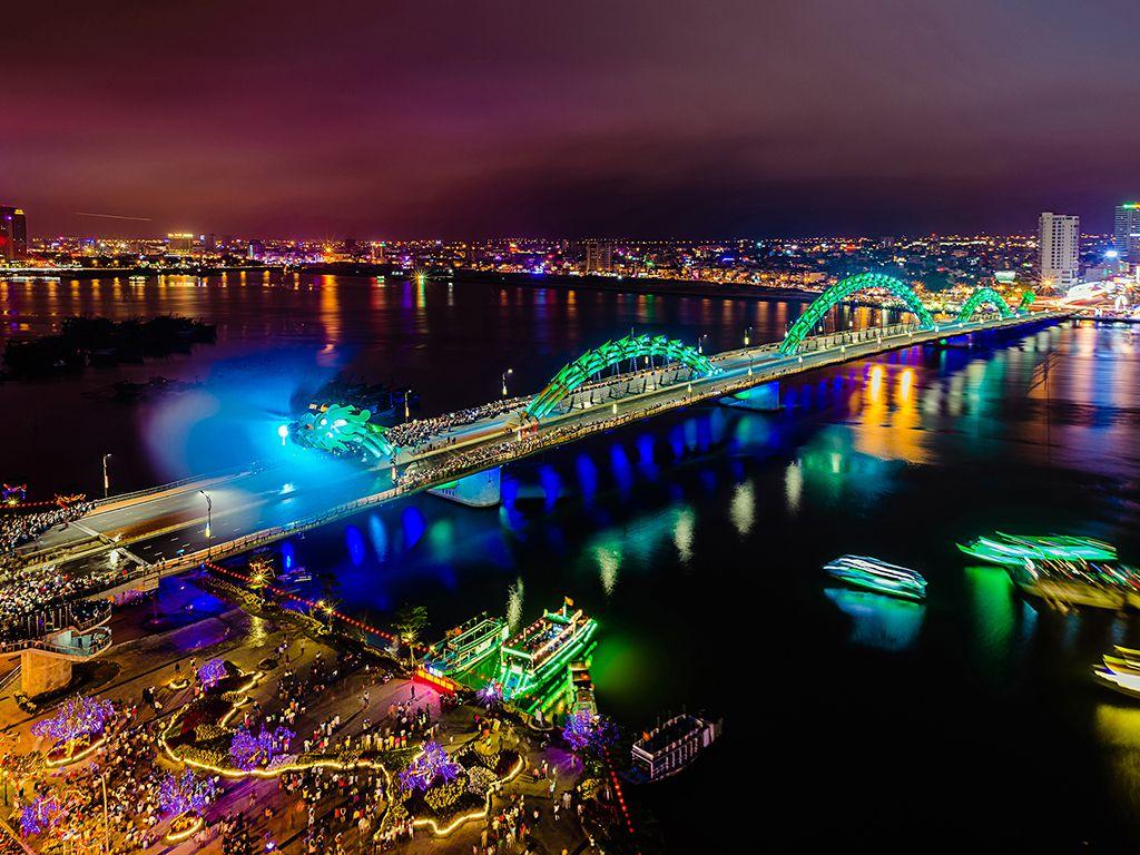 Hình ảnh cầu rồng Đà Nẵng phun nước bảy màu