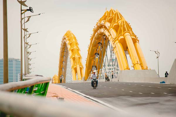 Hình ảnh trên cây cầu rồng Đà Nẵng