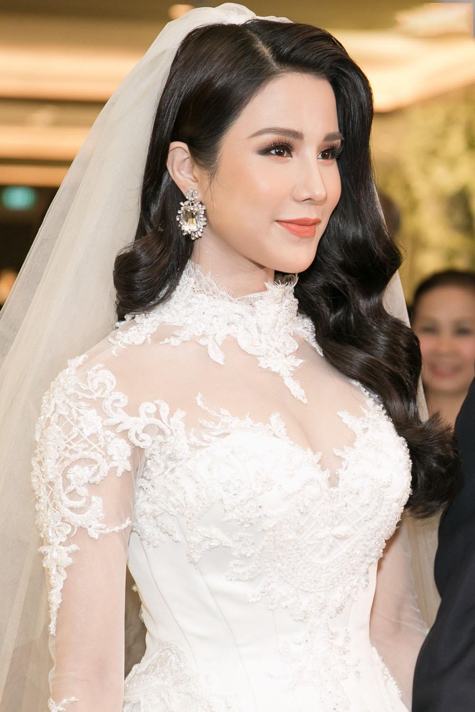 Kiểu tóc cô dâu cho người mặt tròn trong ngày cưới đẹp nhất
