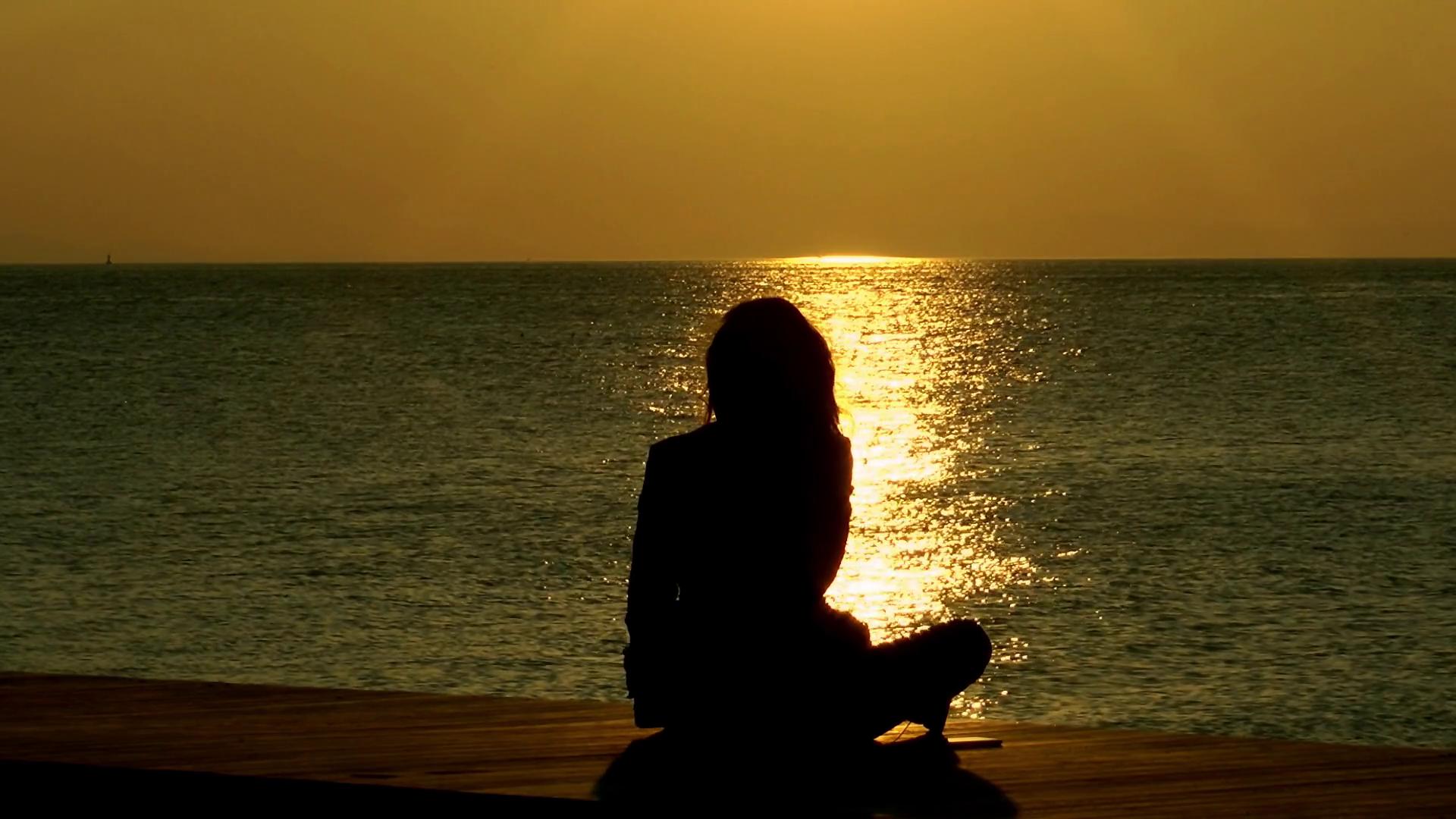 Hình ảnh cô gái buồn bên bờ biển