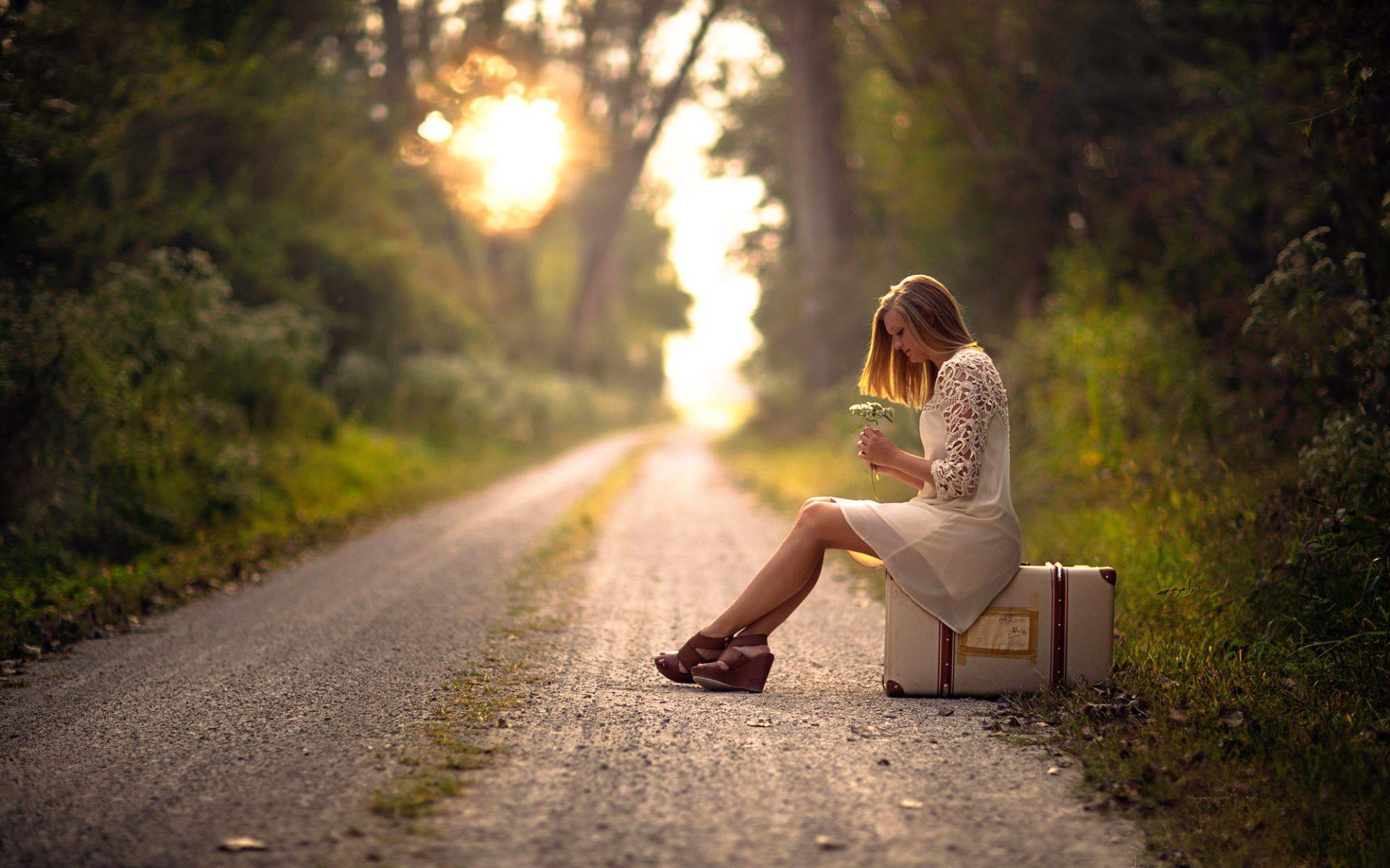 Hình ảnh cô gái buồn cô đơn