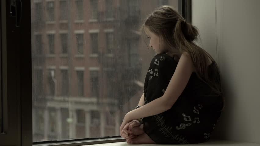 Hình ảnh cô gái buồn