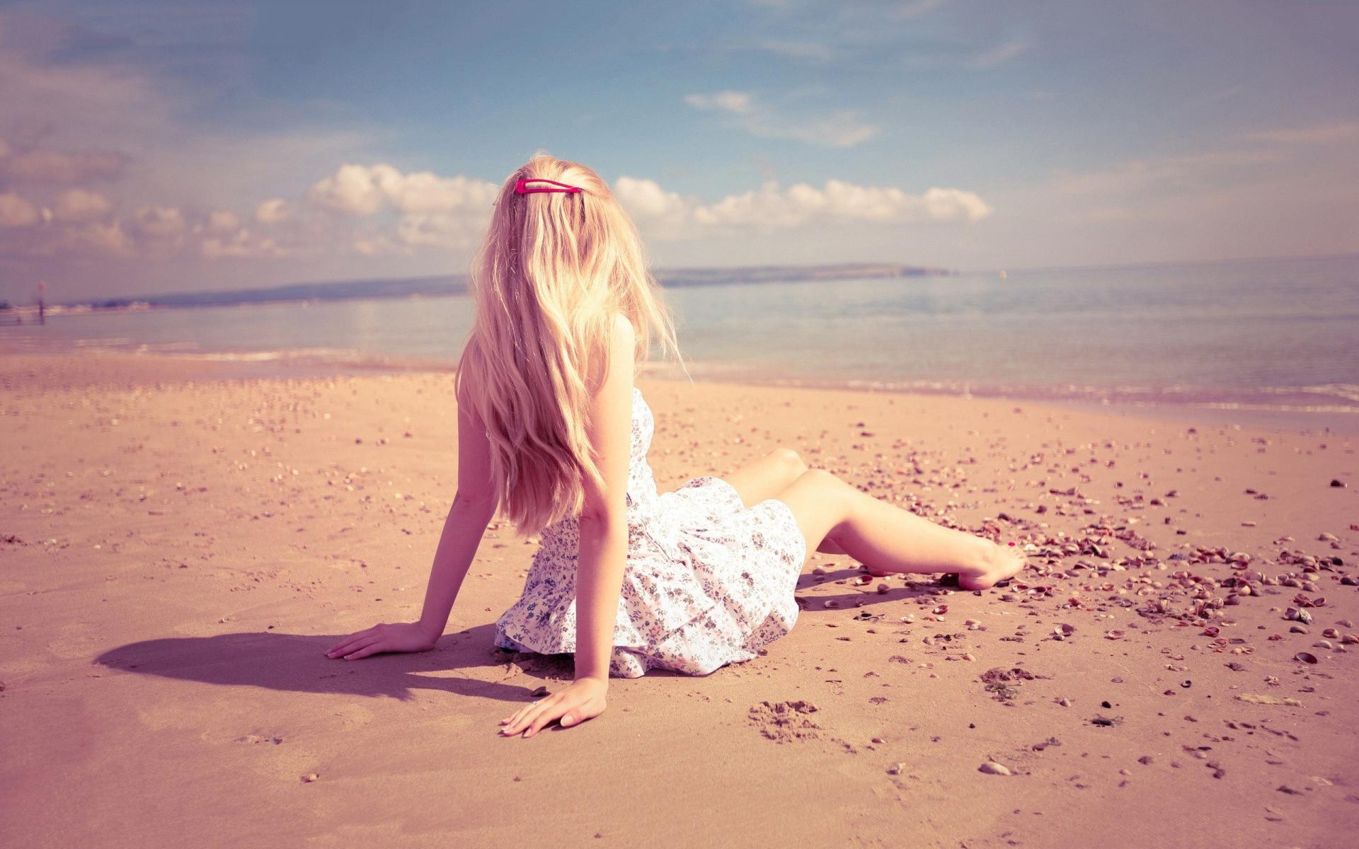 Hình ảnh cô gái cô đơn buồn