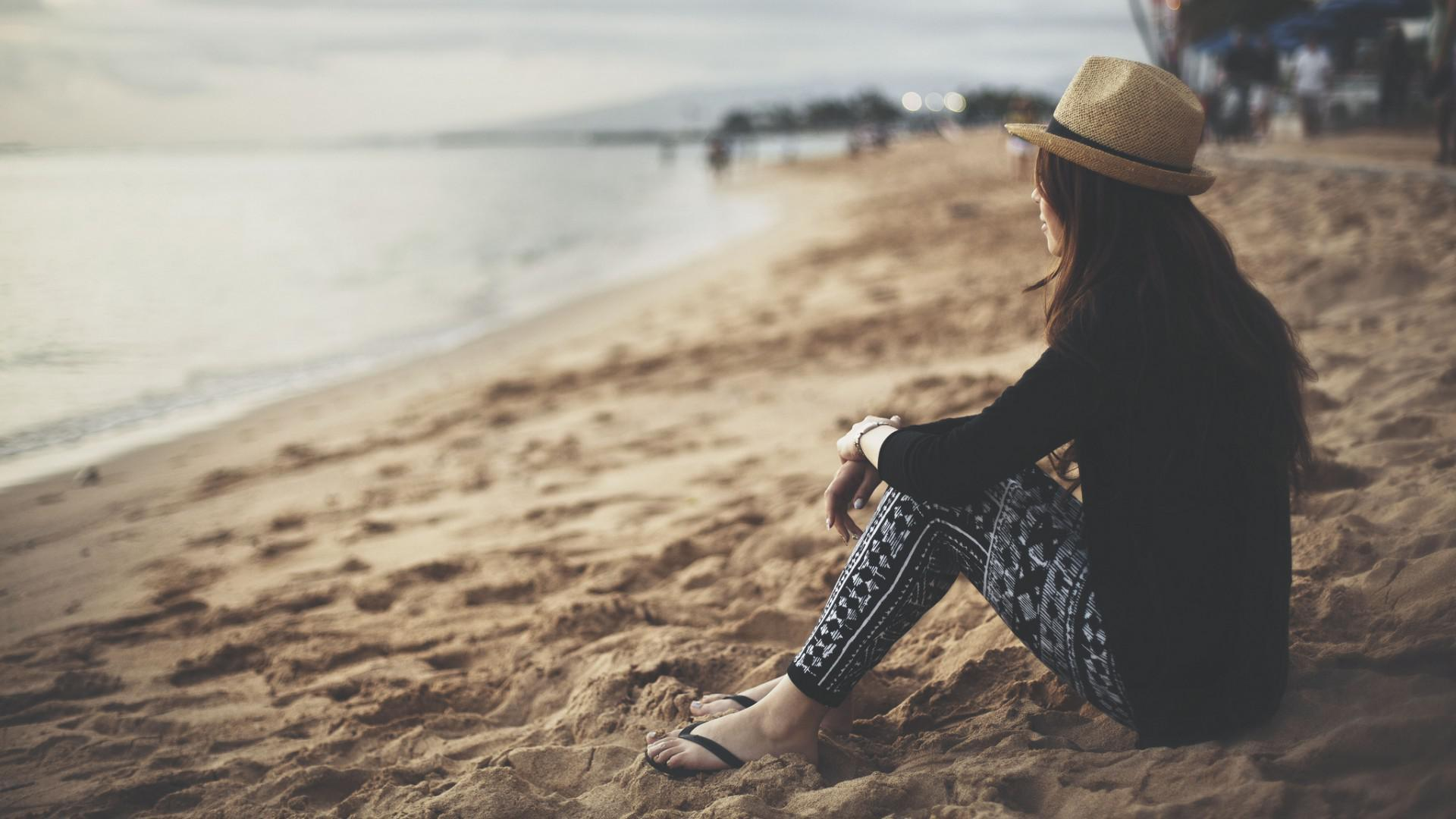 Hình ảnh cô gái cô đơn trên biển