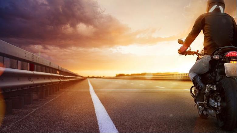 Đi phượt bằng mô tô trên con đường nắng và gió