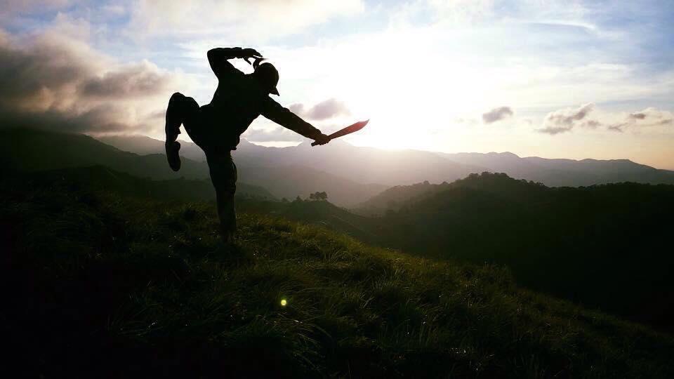 Phượt thủ trên đỉnh núi hùng vĩ với tầm nhìn bất tận